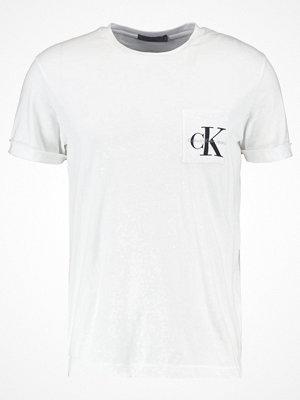 T-shirts - Calvin Klein Jeans TOLAN REGULAR TEE Tshirt med tryck bright white