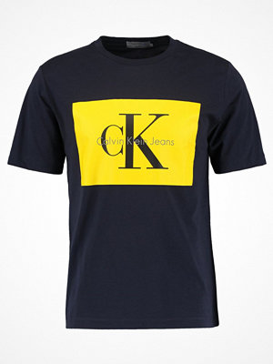 T-shirts - Calvin Klein Jeans TIKIMO REGULAR FIT TEE Tshirt med tryck night sky