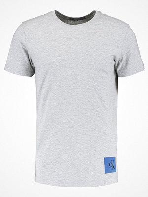 T-shirts - Calvin Klein Jeans TAKODA SLIM FIT TEE Tshirt med tryck light grey heather