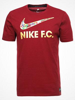 T-shirts - Nike Sportswear TEE SWSH FLAG Tshirt med tryck team red/metallic gold