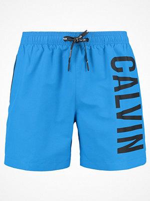 Badkläder - Calvin Klein Swimwear MEDIUM DRAWSTRING Surfshorts electric blue lemonade