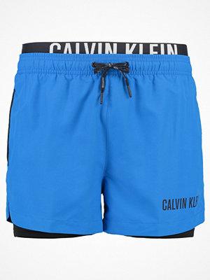 Badkläder - Calvin Klein Swimwear JAMMER COMBI Surfshorts electric blue lemonade