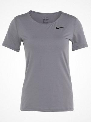Nike Performance ALL OVER Tshirt bas gunsmoke/black