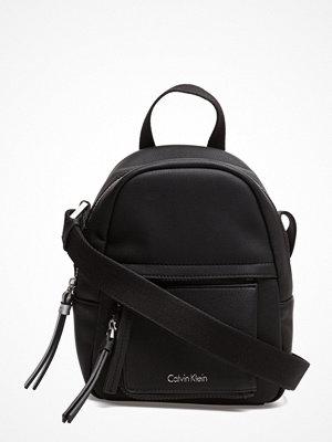 Calvin Klein ryggsäck Ch4rly Small Crossbo