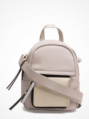 Calvin Klein ljusgrå ryggsäck Ch4rly Small Crossbo