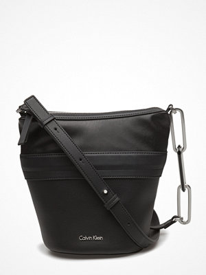 Calvin Klein svart axelväska Nor1 Small Elongated