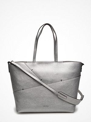 Calvin Klein ljusgrå shopper Luna Medium Tote Sta