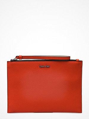 Calvin Klein röd kuvertväska Edit Pouch