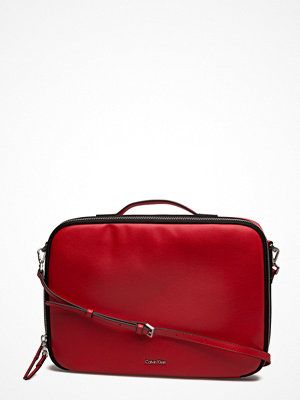 Calvin Klein mörkröd datorväska Frame Laptop Bag