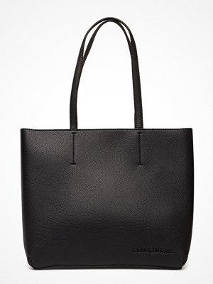 Calvin Klein svart shopper Ultra Light Zipper T
