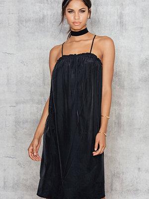 NA-KD Cross Strap Dress svart