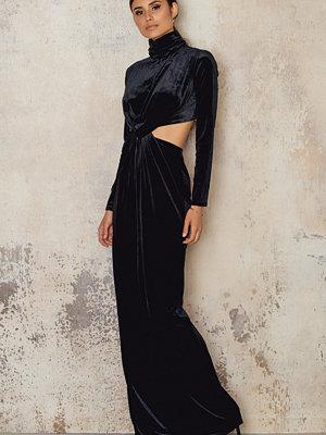 NA-KD Party Velvet High Neck Long Dress svart
