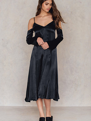 NA-KD Party Cold Shoulder Slip Dress svart