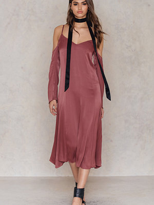 NA-KD Party Cold Shoulder Slip Dress röd