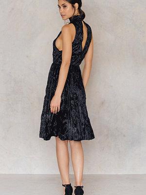 NA-KD Party Pleated Velvet High Neck Dress
