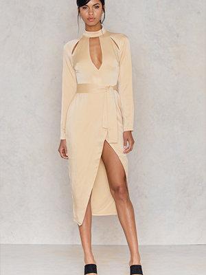 Festklänningar - Lavish Alice Satin Keyhole Tie Front Dress