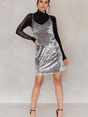 Festklänningar - NA-KD Party Short Velvet Strap Dress