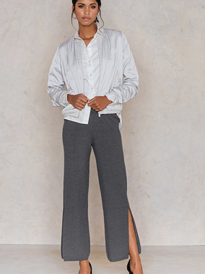 NA-KD mörkgrå byxor High Slit Knitted Pants