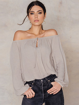 Blusar - FARINA for NA-KD Cold Shoulder Blouse