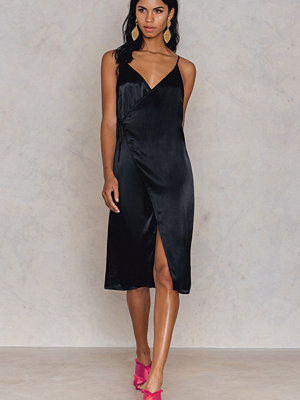 Tranloev Wrap Over Slip Midi Dress svart