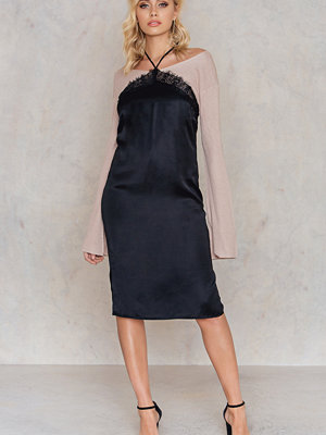 NA-KD Exclusive Halterneck Lace Detail Slip Dress