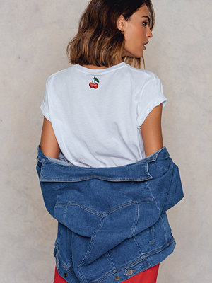 T-shirts - NA-KD Cherry Neck Embroidery Tee vit