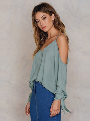 NA-KD Cold Shoulder Knot Sleeve Top grön