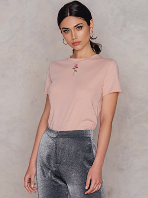 NA-KD Trend Chest Rose Embroidery Tee - Vardag
