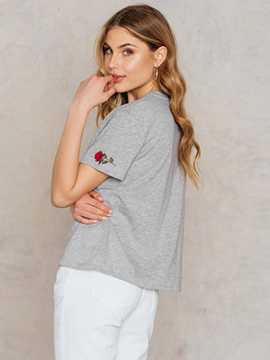 Toppar - NA-KD Trend Rose Sleeve Embroidery Tee