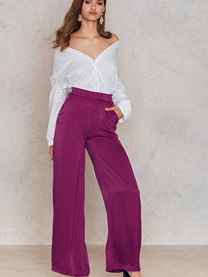 NA-KD Shiny Flared Pants lila byxor