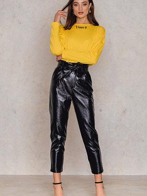 NA-KD Trend svarta byxor Paperwaist Patent Leather Pants svart