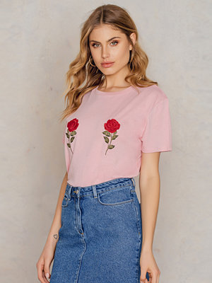 NA-KD Flower Embroidery Tee rosa