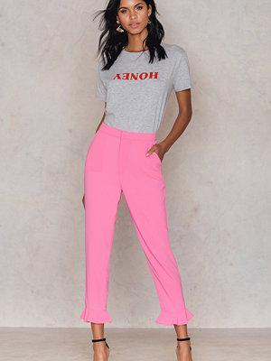 NA-KD Frill Hem Pants - Byxor rosa