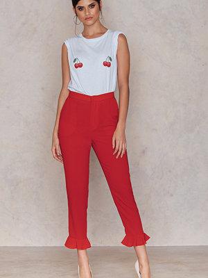 NA-KD Trend röda byxor Frill Hem Pants