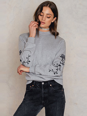 NA-KD Rose Embroidery Sleeve Sweater grå