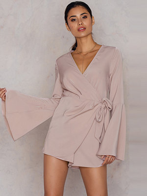 Jumpsuits & playsuits - Hannalicious x NA-KD Overlapped Trumpet Sleeve Playsuit