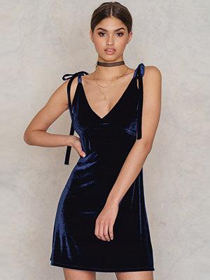 NA-KD Party Velvet Tie Strap Dress blå