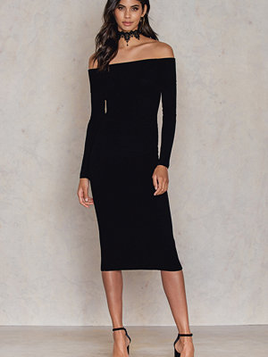 Festklänningar - Kristin Sundberg for NA-KD Offshoulder Ribbed Knitted Midi Slit Dress