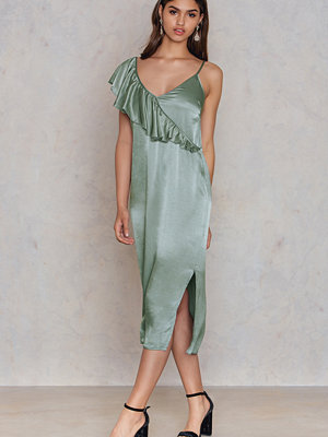 NA-KD Party Asymmetric Frill Midi Slip Dress grön