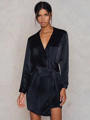 NA-KD Party Asymmetric Shirt Dress svart