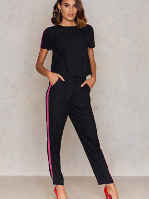 NA-KD Trend omönstrade byxor Sporty Striped Pants