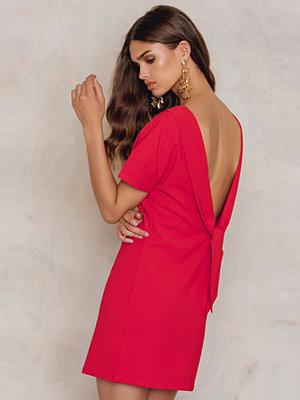 NA-KD Deep V Back Dress röd