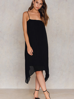 NA-KD Party Pleated Asymmetric Hem Dress svart
