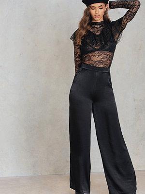 NA-KD Trend svarta byxor Shiny Flared Pants