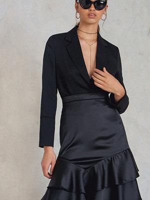 NA-KD Party Shiny Frill Skirt svart
