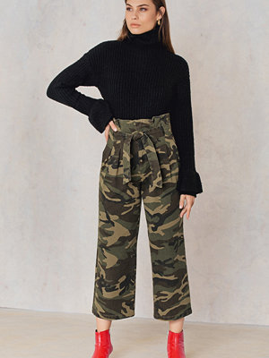 NA-KD Trend mönstrade byxor Tied Waist Wide Army Pants