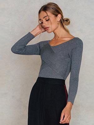 NA-KD Cross Short Sweater grå