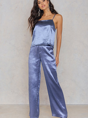 NA-KD Trend omönstrade byxor Metallic Flared Pants