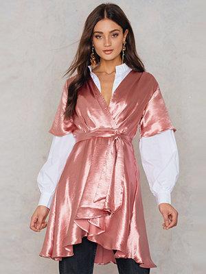 NA-KD Party Metallic Wrap Over Dress rosa