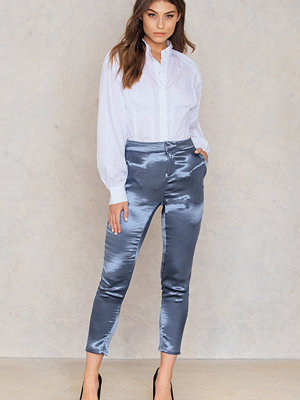 NA-KD Party Metallic Straight Pants blå byxor